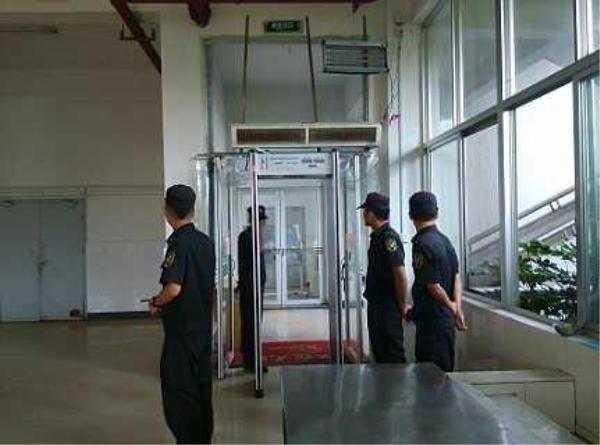法院设立安检门 安检通道不再堵