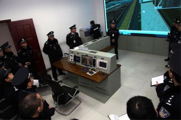 权威部门管理人员检查监狱防御系统使用情况